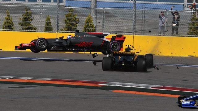 Crash Grosjean Palmer Sotchi 2017
